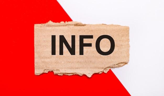 Na biało-czerwonym tle brązowy porwany karton z napisem info