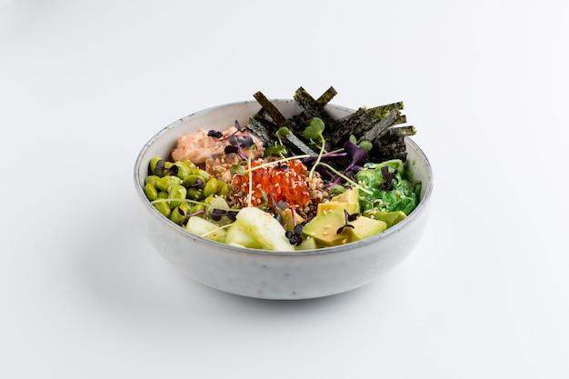 Na białym tle azjatycka miska poke z nori ikra awokado