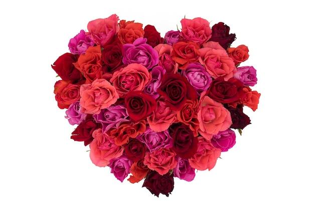 Na białym tle bukiet róż w kształcie serca