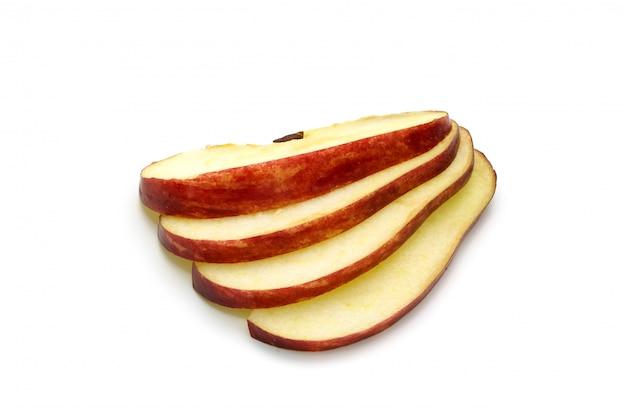 Na białym tle czerwone jabłko pokrojone