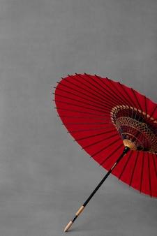 Na białym tle czerwony japoński parasol