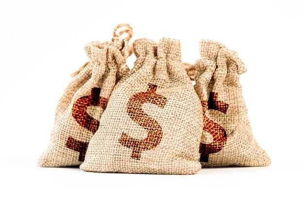 Na białym tle dolara amerykańskiego w workach ze stanów zjednoczonych ameryki.
