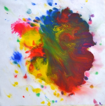 Na białym tle duże łaty plamy plamy o mieszanych kolorach na białym tle. rozwody i farba kapie na czerwono, pomarańczowo, żółto, niebiesko niewyraźne abstrakcyjne tło na białej powierzchni tła papieru