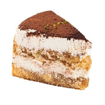 Na białym tle kawałek ciasta tiramisu na białej powierzchni