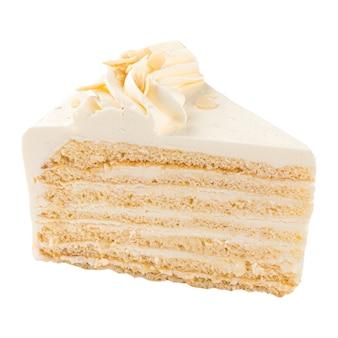 Na białym tle kawałek ciasta z kremem maślanym