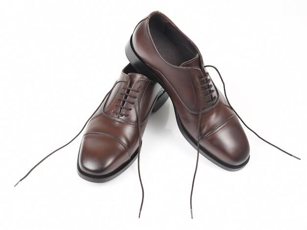 Na białym tle klasyczne brązowe buty męskie. skórzane buty