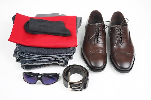 Na białym tle klasyczne męskie buty, pasek, okulary i ubrania