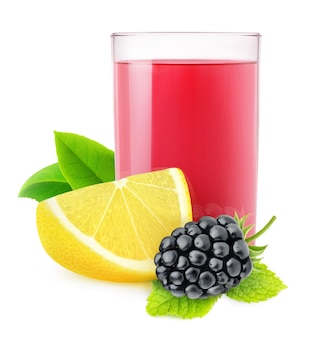 Na białym tle lemoniada jeżynowa. szklanka napoju jeżyny i cytryny na białym tle