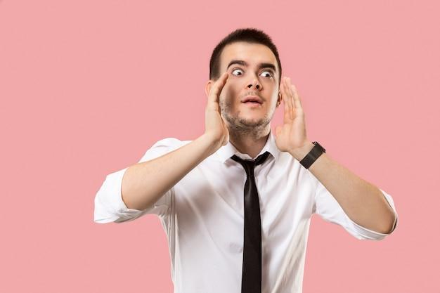 Na białym tle na różowy młody człowiek dorywczo krzycząc w studio