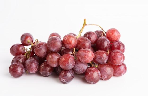 Na białym tle owoc świeżych winogron