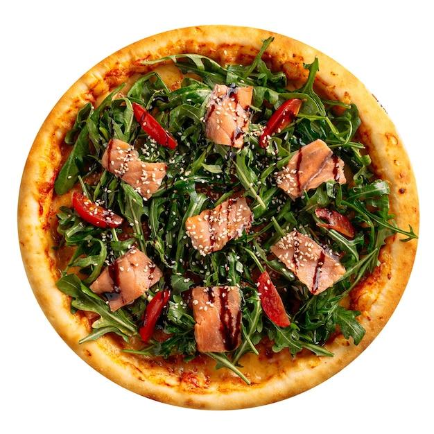 Na białym tle pieczona pizza z łososiem i rukolą na białym tle