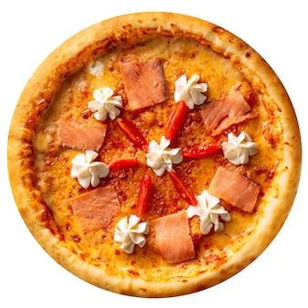 Na białym tle pieczona pizza z łososiem i serem na białym tle