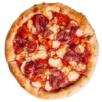 Na białym tle pizza bresaola z dynią i karczochami