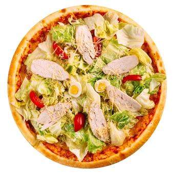 Na białym tle pizza cesarska z kurczaka
