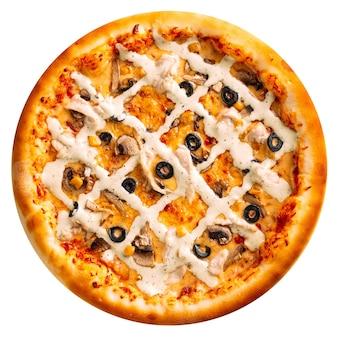 Na białym tle pizza grzybowa z białym sosem