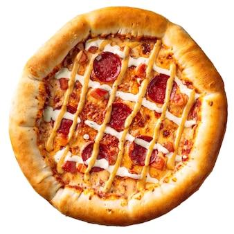 Na białym tle pizza peperoni z sosem serowym