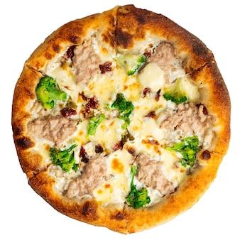 Na białym tle pizza z kurczaka z brokułami