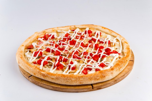 Na białym tle pizza z kurczaka z majonezem