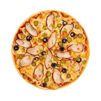Na białym tle pizza z kurczaka z marynatami