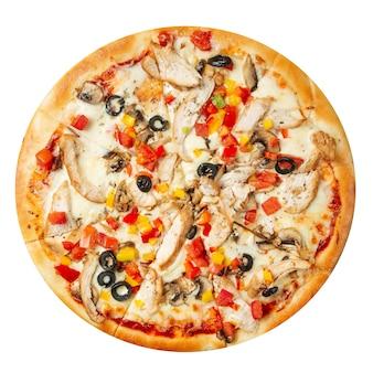 Na białym tle pizza z kurczaka z oliwkami i papryką