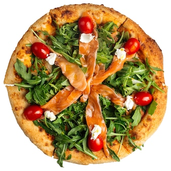Na białym tle pizza z łososiem i rukolą na białym tle