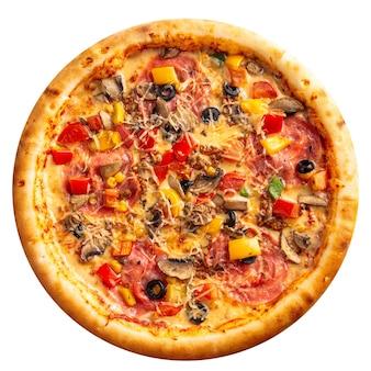 Na białym tle pizza z szynką i warzywami