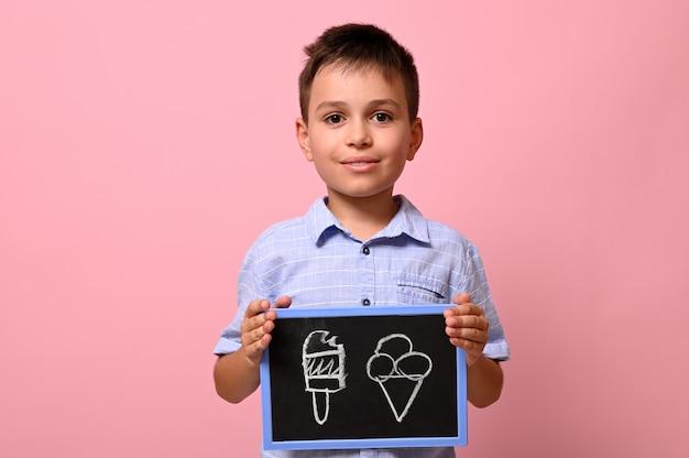 Na białym tle portret na różowym tle przystojnego uczniaka trzymającego tablicę z rysowanymi lodami. koncepcje.