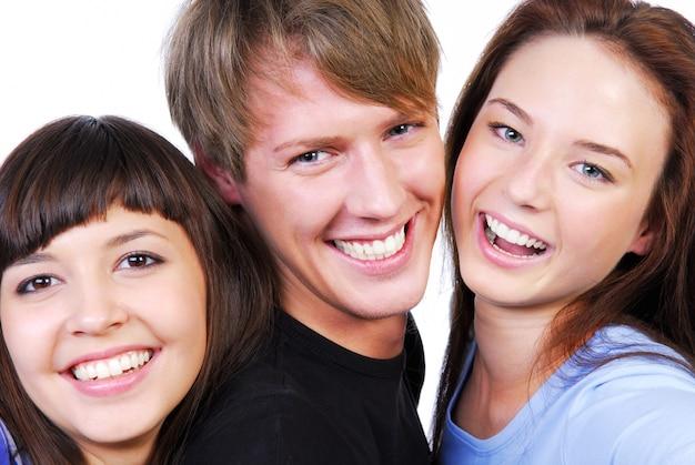 Na białym tle portret trzech pięknych nastolatków, śmiejąc się