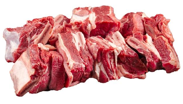 Na białym tle posiekane świeże surowe żeberka wołowe część mięsa na białym tle