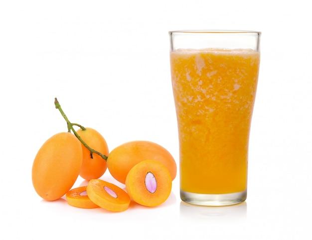 Na białym tle słodki sok ze śliwek maryjnych