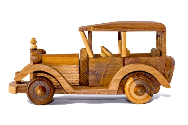 Na białym tle starodawny drewniany samochód