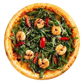 Na białym tle świeżo upieczona pizza z rukolą i krewetkami