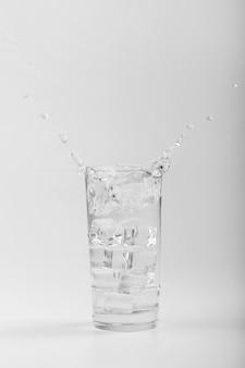 Na białym tle szklanka wody kopia przestrzeń
