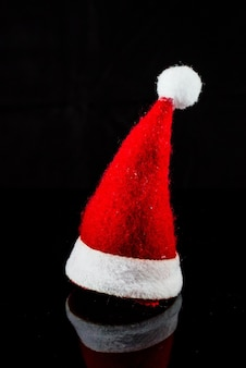 Na białym tle tradycyjny kapelusz santa