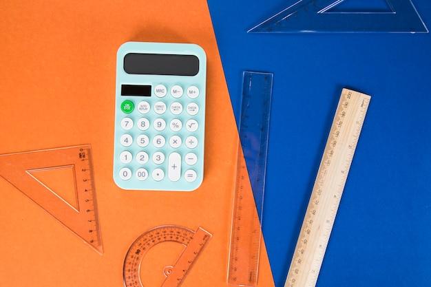 Na biurku linijki i kalkulator