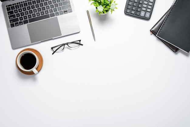 Na biurku z kubkiem do kawy na laptopa i zapasami płaskiej przestrzeni kopii