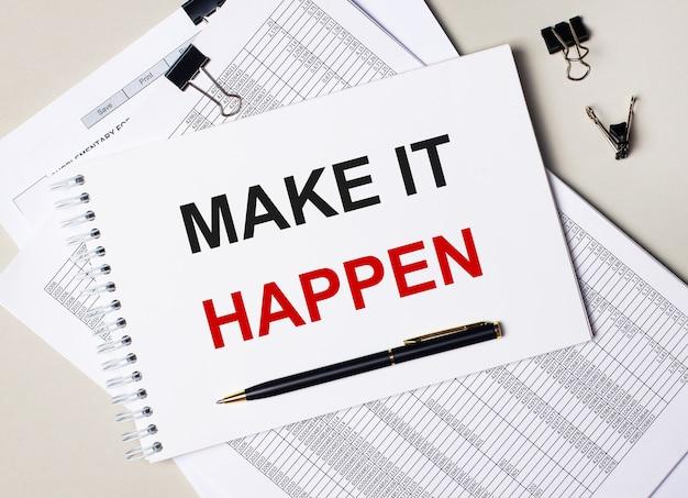 Na biurku znajdują się dokumenty, długopis, czarne spinacze i notes z napisem make it happen. pomysł na biznes