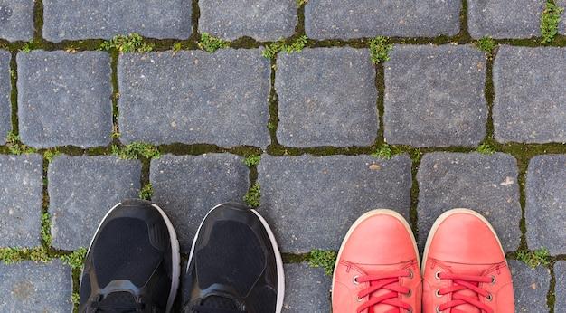 Na bruku naprzeciwko siebie para butów, widok z góry