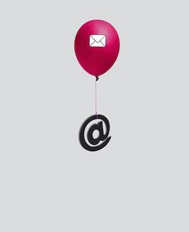 Na czerwonym balonie z kopertą wyizolowaną na jasnoszarym tle wisiał znak e-mail. minimalna koncepcja. pionowy prostokąt z miejscem na kopię