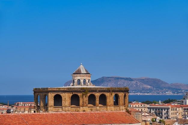 Na dachu słynnego kościoła santissimo salvatore palermo