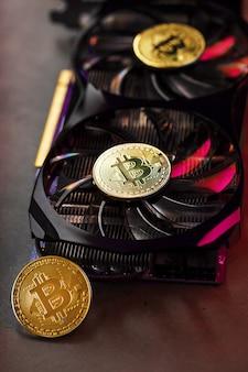 Na fanów potężnej karty graficznej monety kryptowaluty bitcoin z czerwonym podświetleniem