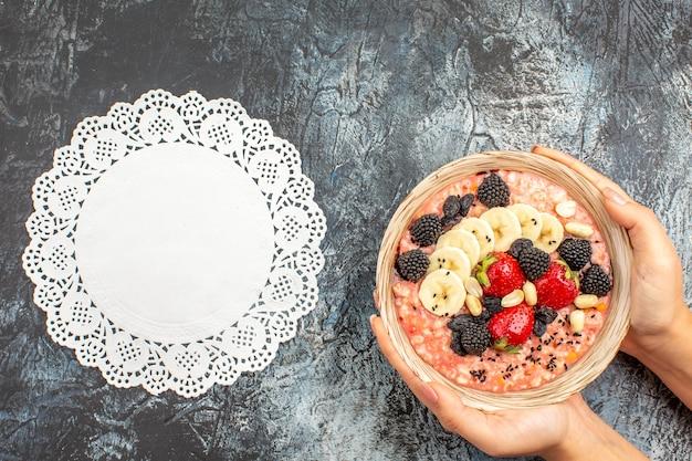 Na jasno-ciemnym tle płatki śniadaniowe zdrowotne