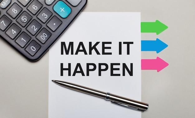 Na Jasnoszarym Tle Kalkulator, Biała Kartka Z Napisem Make It Happen, Długopis I Jasne Wielokolorowe Naklejki. Widok Z Góry Premium Zdjęcia
