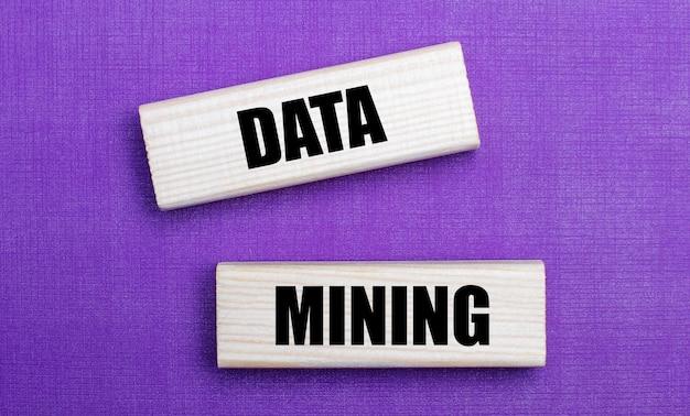 Na jasnym tle w kolorze liliowym jasnych drewnianych klocków z napisem data mining