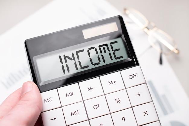 Na kalkulatorze jest napisane słowo etyka