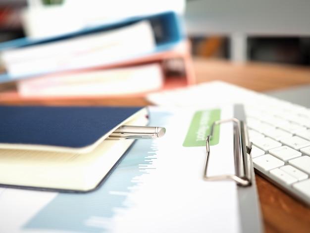 Na klawiaturze jest raport statystyczny i notatnik