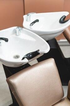 Na klientów czeka dobrze wyposażony salon kosmetyczny, sterylna umywalka do przygotowania włosów do stworzenia nowoczesnej fryzury