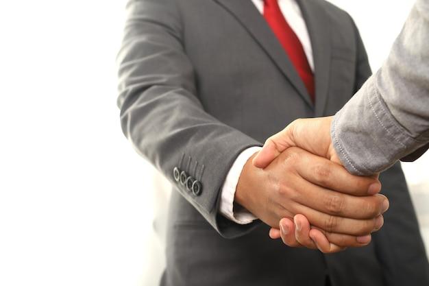 Na koniec spotkania ludzie biznesu podają sobie ręce za współpracę i zaufanie w biznesie