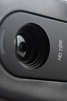 Na korpusie płaskiego monitora zainstalowana jest nowoczesna kamera internetowa. urządzenie do komunikacji wideo i nagrywania wysokiej jakości wideo