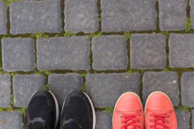 Na kostce znajdują się dwie pary butów, widok z góry